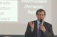 HdM-Rektor Roos hat das Symposium eröffnet