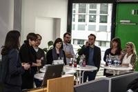 Josephine Götz (2. von rechts) im Gespräch mit anderen Jung-Verlegern