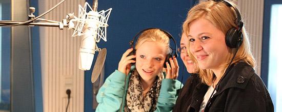 Lernen durch Praxis: Im Tonstudio durften die Mädchen einen Song einsingen.
