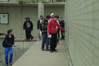 Die Schüler besichtigen die Mauer mit den Namen der Deportierten
