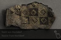 Details sind zu entdecken bei einem 3000 Jahre alten, 5 mal 3 Zentimeter großen Textil