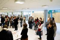 Die beiden Bibliotheks- und Informationsmanagement-Dozenten Krüger und Stang mit Studenten im Foyer