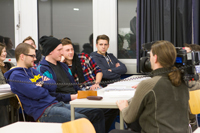 Die Studenten diskutieren über das Dschungelcamp.