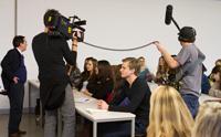 Am ersten Drehtag sprachen die Seminarteilnehmer �ber die letzte Dschungelcamp-Folge, Fotos: Franziska B�hl.