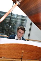 Adrian Willems: Student der Druck- und Medientechnologie und talentierter Klavierspieler.