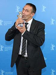 Der Silberne Bär und damit der Preis für den besten Darsteller ging an Nazif Mujic. Foto: Ali Ghandtschi © Berlinale 2013
