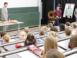 Prof. Volker Jansen im Audimax, dem größten Hörsaal der HdM.