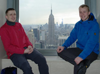 Die beiden genießen noch einmal den Ausblick über die Stadt, bevor es am nächsten Morgen um 8 Uhr an der Brooklyn Bridge losgeht