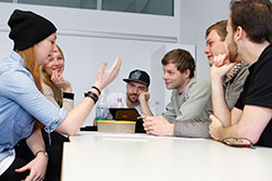 Angehende Entrepreneure diskutieren verschieden Geschäftsideen.