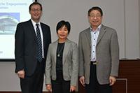 Hongzehn Diao mit ihren Betreuern Prof. Dr. Alexander W. Roos (links) und Prof. Dr. Suicheng Li