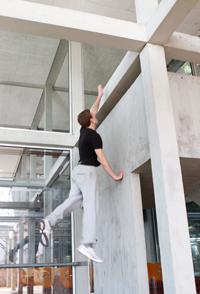An den Balken und Wänden an der Uni-Mensa trainiert er gern.