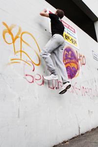 Sein nächstes Ziel: Die 3,5 Meter hohe Wand erklimmen, Fotos: Franziska Böhl.