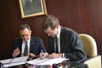Prof. Dr. Alexander W. Roos (HdM) und Prof. Dr. Murat Tuncer (Hacettepe-Universität) unterzeichnen die neue Vereinbarung (Fotos: HdM)