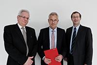 Der neue Honorarprofessor (Mitte) mit Prof. Bernd-Jürgen Matt und Prof. Dr. Alexander W. Roos (rechts)