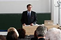 Rektor Roos übergab die Urkunde