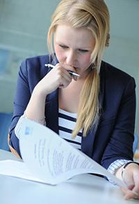 Eine Bewerberin füllt den Fragebogen aus (Foto: Institut für Moderation)