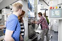 Studenten arbeiten unter anderem an einer modernen Tiefdruckrotation