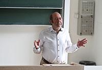 Professor Dr. Wolfgang Faigle bei der Begrüßung zum Tag der Forschung.