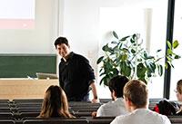 Professor Stefan Grandinetti bei der Vorstellung seines Forschungsthemas.