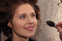 HdM-Studentin Vanessa Schiefer wird vor Drehbeginn geschminkt