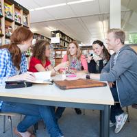 Lerngruppen können beim Lernen motivieren.