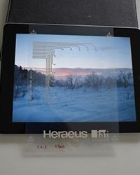 Eine Version des prämierten kapazitiven Touchpad vor dem Bildschirm eines Tablets. Foto: HdM-Stuttgart