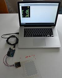Das kapazitive Touchpad mit Auswertelektronik im Zusammenspiel mit einem Laptop. Foto: HdM-Stuttgart