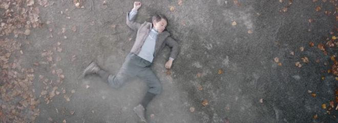Eine der letzten Szenen des Kurzfilms: Der kleine Adolf Hitler liegt als Hakenkreuz leblos auf der Straße, nachdem ihn das Auto gerammt hat. Foto: Screenshot Vimeo