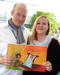 """Kinderbuchautor Andree Weale und Kerstin Schlohmann präsentieren stolz die Geschichte der kleinen """"Stinky Cinderella""""."""