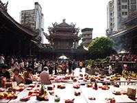 Buntes Treiben vor dem Longshan-Tempel