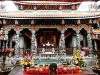 Kerzen und Blumen vor einem Tempel