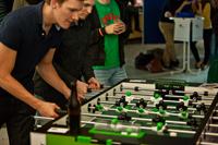 Wer nicht nur Tischkicker spielen will, kann entweder zum Hochschulsport oder zum HdM-Fußballtraining gehen.
