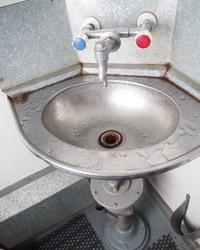 Die sanitären Anlagen in den Zügen sind nicht besonders luxuriös. Die silbernen Toiletten und Waschbecken sind vereinzelt auch in alten Zügen in Deutschland zu finden.