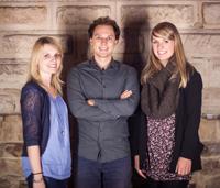 Zusammen mit Isabelle Matuschek (links) und Sarah Kunst (rechts) teilt sich David Rau die Aufgaben einer Chefredaktion.