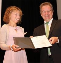 Der Baden-Württembergische Umweltminister Franz Untersteller überreicht Christina Schwarz den ERM-Medienpreis (Foto: Radio 7).