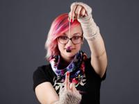 Martina Eckert mit ihrem ersten Schmuckstück, Foto: Kim Kreiser /HdM.