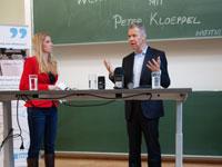 Peter Kloeppel diskutiert mit Sonja Legisa und Martin Schmidt