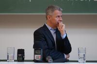 Aufmerksam hört sich Peter Kloeppel die Frage von Martin Schmidt an