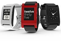 """Nicht nur die Uhrzeit kann die Smartwatch """"Pebble"""" anzeigen. (Quelle: http://www.wikipedia.org/wiki/Pebble_(Armbanduhr)"""