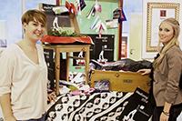 Denise Meyer und Stefanie Aigner, Studiengang Print-Media-Management, mit ihren Boxen (von links)