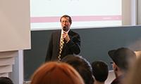 Prof. Dr. Alexander W. Roos begrüßte die neuen Studenten.