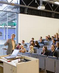 In regulären Vorlesungen lernen Schüler zusammen mit Studenten