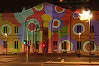 assend zur Fassade folgt die Projektion per Handy (Foto: Jürgen Scheible)