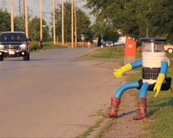Auf dem Weg Richtung Westen: hitchBOT wartet auf seinen ersten Fahrer, Quelle: hitchbot.me