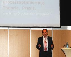 Prof. Dr. Klaus Thaler auf der Fachmesse Druck+Form