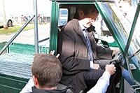 Rektor Roos darf als Erster ans Steuer. Foto: Wieland