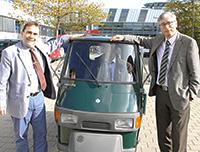Prorektor Rota, Rektor Roos und Kanzler Marquardt freuen sich über das neue Gefährt. Foto: Wieland