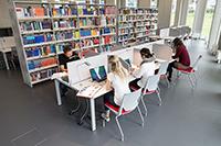 Die Bibliothek erstreckt sich über zwei Stockwerke