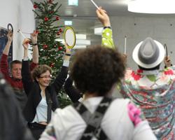 Im Neubau wurden die Gäste mit Trommelklängen begrüßt.