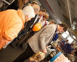 Große und kleine Besucher bestaunten die Druckmaschinen der HdM.